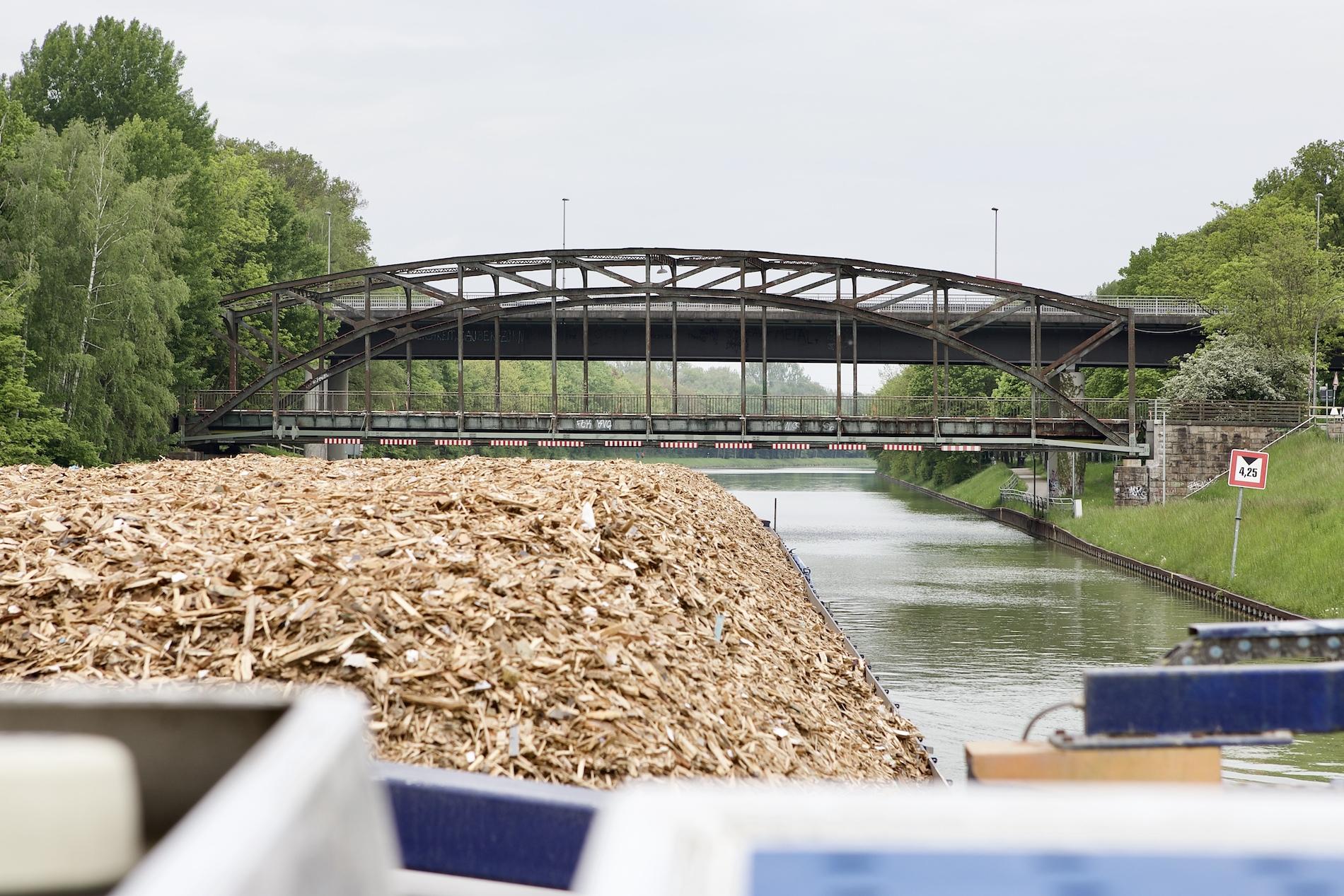 Transport von Holzhackschnitzel übers Wasser, Logistik im Kreislauf